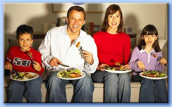 cena in famiglia davanti alla tv